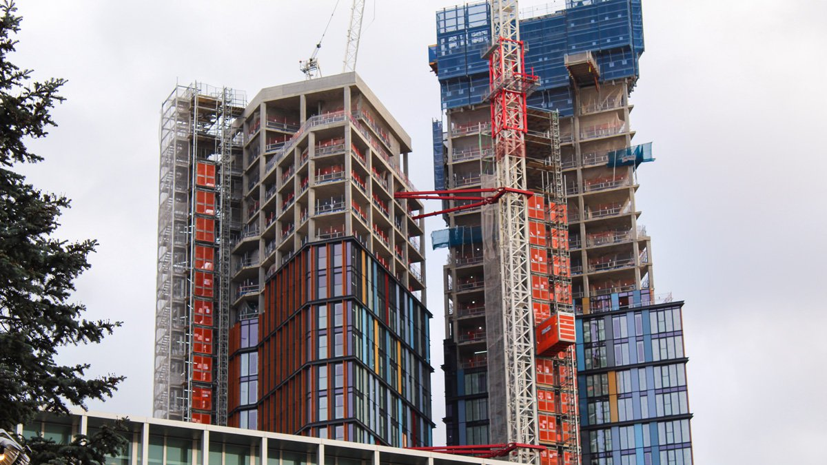 Two bespoke RECO Common Towers at high-rise construction site